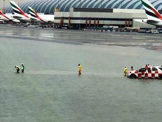 Počasí ve světě: Letiště v Dubaji se změnilo v přístav. Město postihly silné záplavy