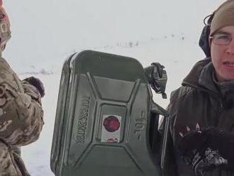 Experti Kalašnikovu zkusili, jestli nádrž s benzinem po průstřelu exploduje jako ve filmu
