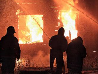 V Medzeve horela chatrč: Zasahujúci hasiči našli v jej vnútri telo muža