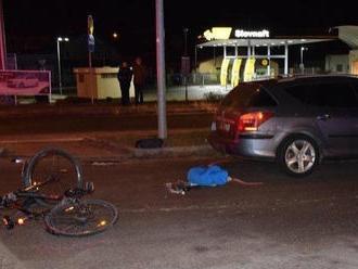 Policajti boli v správnom čase na správnom mieste: Pomáhali cyklistovi, ktorého zrazilo auto