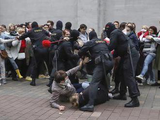 Počas nedeľných protestov v Bielorusku opäť zadržali niekoľko desiatok ľudí