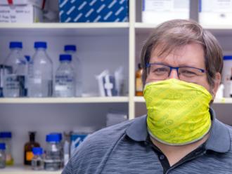 Vedec Celec o COVID-19: Prehnaná imunitná reakcia môže poškodiť organizmus oveľa viac ako pôvodná in