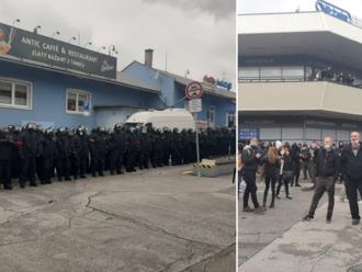 Minúta po minúte: V Bratislave sa koná protest proti opatreniam, účastníci zaútočili na policajtov