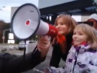 Polícia pátra po identite mužov a detí na proteste v Bratislave