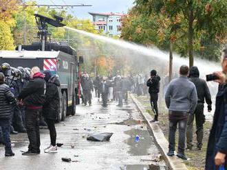 Stovky ľudí protestujú proti opatreniam, polícia použila vodné delo
