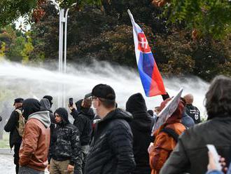 Za útok na verejného činiteľa počas protestu začali trestné stíhanie