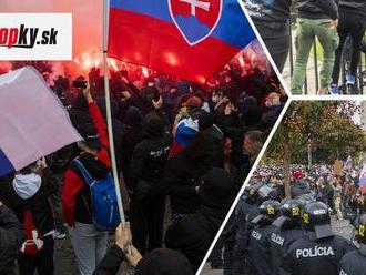 VIDEO Protest pred Úradom vlády! Vzduchom lietajú vulgarizmy a svetlice, na mieste sú kukláči