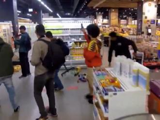 Video: Protestujúci v Brazílii spustošili supermarket Carrefour po tom, čo ochranka tohto obchodu fa