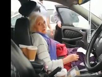 """Neľudský druhý """"lockdown"""": Britka zatknutá za to, že po deviatich mesiacoch """"samoväzby"""" vzala matku"""