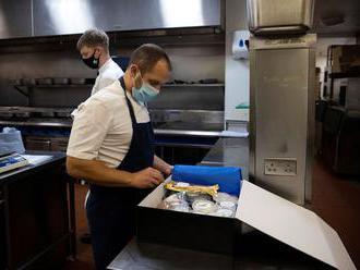 Z hostů jsou kuchaři, jídlo si dodělají doma sami. Restaurace posílají pizzu i poštou