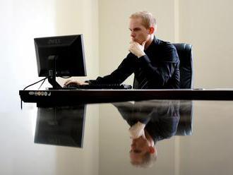 Téměř polovina lidí je závislá na práci.