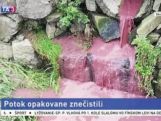 Potok v obci sa zafarbil na ružovo, po vinníkovi pátra polícia