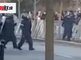 VIDEO Kritika na adresu policajtov na proteste: Hádzali pred seba delobuchy?! Všetko je vraj inak