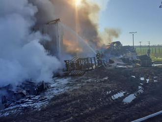 Plamene a hustý čierny dym vystrašili obyvateľov obce Lok, horel zberný dvor