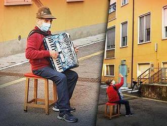 Talianka, ktorej hral 81-ročný manžel na akordeóne pod oknom nemocnice, zomrela