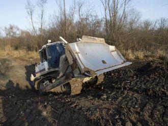 V přírodní lokalitě Červeňák začal jezdit pásový buldozer