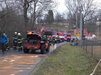Požár nakladače likvidovali hasiči vobci Pomezí, uniklé provozní kapaliny zasypali sorbentem
