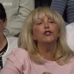 Žena, která ve čtvrtek v televizi BBC rasisticky blábolila, je stoupenkyně fašisty Tommyho Robinsona