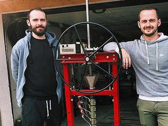 Dvojica kamarátov zo Starej Turej recykluje doma plasty, vyrába z nich kryty na mobily či kvetináče