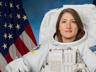 Christina Kochová má po návrate z vesmíru problémy s rovnováhou a bolia ju svaly