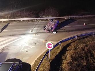 Dve autá skončili na streche – mladý vodič zrejme telefonoval