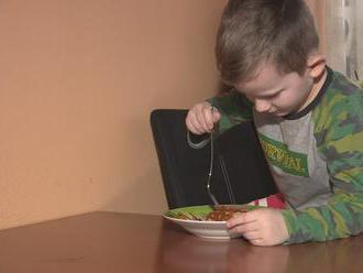 Matke chorého Tomáška zamietli opatrovateľský príspevok, štát jej dáva almužnu na stravu
