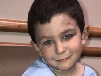 Chlapec   zachránil sestričku   z horiacej izby. Potom sa vrátil po psa a zburcoval rodinu