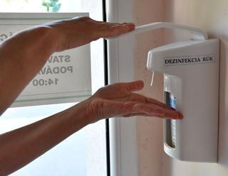 Umývanie si rúk a nosenie rúška nestačí. Čínsky lekár prezradil, čo je ešte potrebné robiť pre zasta