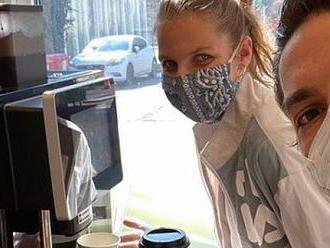 Místo na kurt ke kávovaru. Plíšková děkovala hasičům cappuccinem zdarma