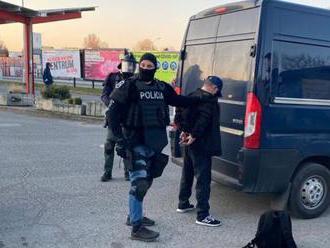 Policajti NAKA zasahujú v Levoči, akcia súvisí s nedovoleným ozbrojovaním