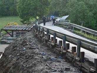 Na silnici z Českých Budějovic do Rakouska se zřítil most, který se opravoval