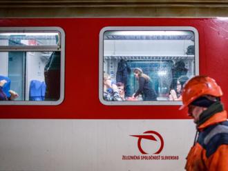 Železnice zakročili proti ľuďom bez domova, ktorí prespávajú v nočných vlakoch na bezplatné lístky