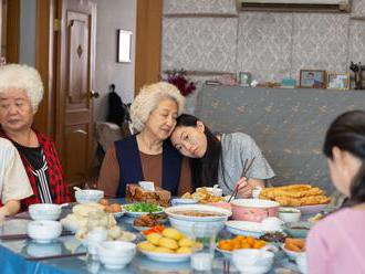 Na falešné svatbě s Awkwafinou. Film Malá lež smiřuje rodiče a děti, Čínu i Západ