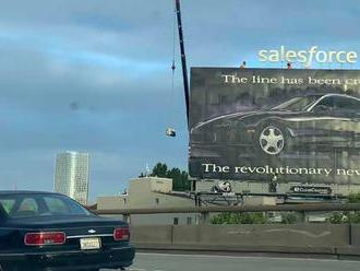 Za 27 let starou reklamou Toyoty dodnes zářící u dálnice stojí ještě zajímavější příběh