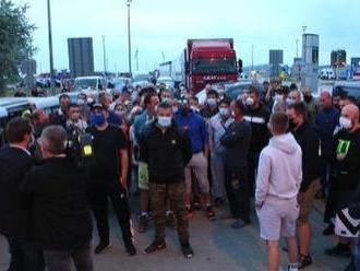 Totálny chaos na zablokovaných hraniciach: Vodiči hromžili, priechod v Jarovciach je už prejazdný