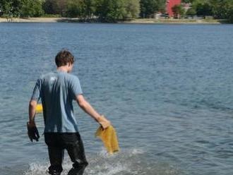 Potápači čistili petržalský Draždiak: Vytiahli z neho hnus na FOTO a ľudia sa v ňom ešte kúpu!