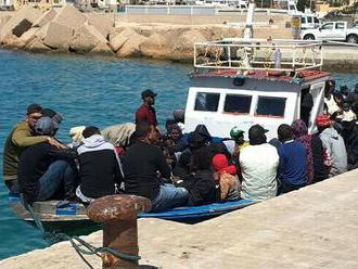 Na Lampeduse hořely desítky lodí, kterými připluli migranti