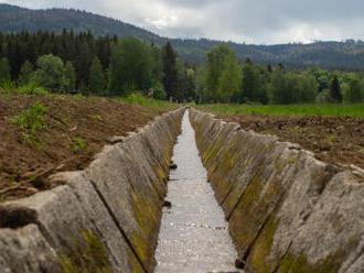 Obnova Želnavského smyku pokračuje usazováním kamenných desek