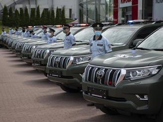 Policisté budou mít 28 pořádných aut, které nezastaví ani terén