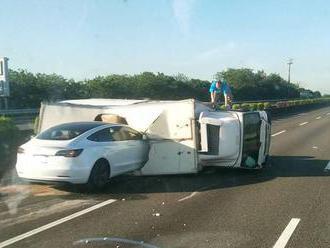 Tesla mala ďalší incident. Jej autopilot prehliadol celý kamión