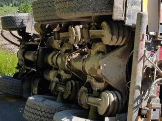 FOTO Nehoda v Podbieli: Prevrátené nákladné auto zablokovalo železničnú trať, dopravu museli zastavi