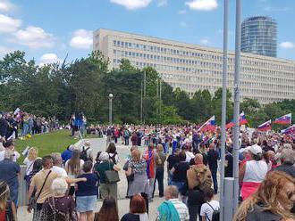 V Bratislave sa koná protivládny protest, zišlo sa niekoľko stoviek ľudí