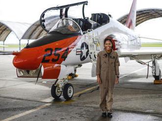 Námořnictvo USA má první černošskou pilotku proudových strojů
