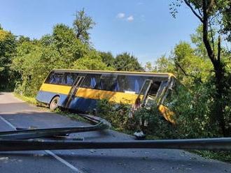 AKTUÁLNE Nehoda pri obci Dobrá voda: Autobus skončil mimo cesty, vodič pravdepodobne skolaboval