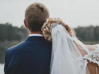 Zo svadby rovno k havárii. Zdravotná sestra pomáhala zraneným v svadobných šatách