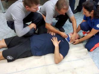 Zdravotničtí záchranáři provádí školení profesionálních hasičů ve Zlínském kraji, zejména pro použit