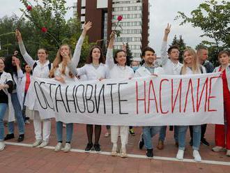 Odejděte, vzkázala Lukašenkovi držitelka Nobelovy ceny. Protesty mají další oběť
