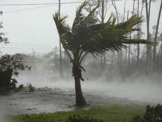 Hurikán Isaias dočasne zoslabol, keď sa blíži k Floride