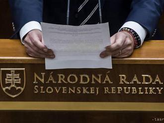 Poslanci v tomto volebnom období strávili v pléne 33 dní