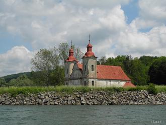 Rímskokatolícky kostol sv. Štefana sa nachádza pod úrovňou Domaše